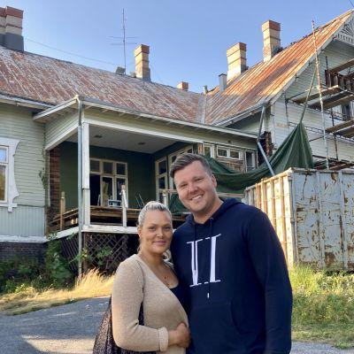 Moona ja Jesse Niittymäki remontissa olevan Villa Ryselinin edustalla
