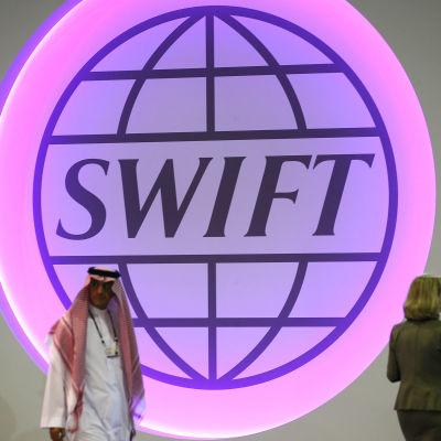 Swifts logotyp under en branschmässa i Dubai 2013.