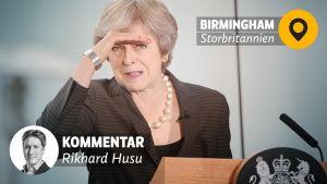 BIld på Storbritanniens premiärminister Theresa May som blickar ut mot publik.