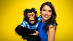 Vatsastapuhuja Sari Aalto ja Simpanssi Anssi kuvassa.