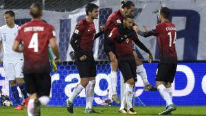 Turkiska spelarna firar Cenk Tosuns mål, Finland-Turkiet 2017.