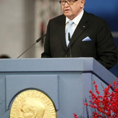 President Martti Ahtisaari håller tal på Nobelfesten