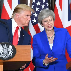 Donald Trump och theresa May under presskonferensen i London