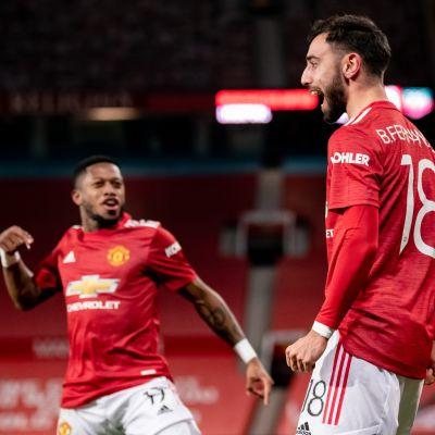 Manchester Unitedin Fred ja Bruno Fernandes juhlivat voittomaalia Liverpoolia vastaan.