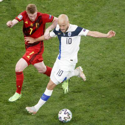 Teemu Pukki ja Kevin De Bruyne pallossa EM-kisojen ottelussa 21. kesäkuuta 2021.