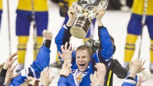 Mikko Koivu lyfter bucklan efter finalsegern i ishockey-VM 2011.