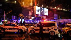 Poliser skyddar området efter terrorattacken mot nattklubben Reina i Istanbul på nyårsnatten.