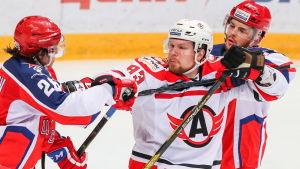 Alexei Vasilevski kämpar med två CSKA-spelare.