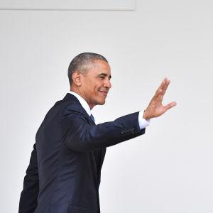 USA:s president Barack Obama vinkar.