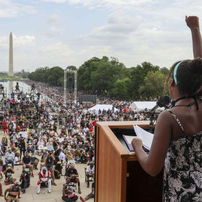 Yolanda Renee King puhumassa suurelle yleisöjoukolle