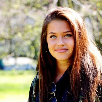 Närbild på flicka med långt brunt hår.