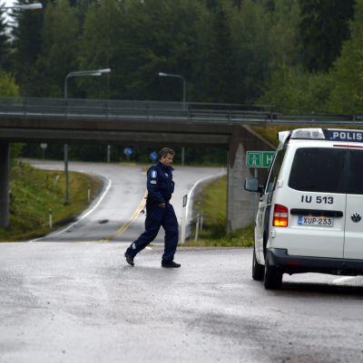 Polisen undersöker området tidigt på tisdagsmorgonen i Mäntsälä.