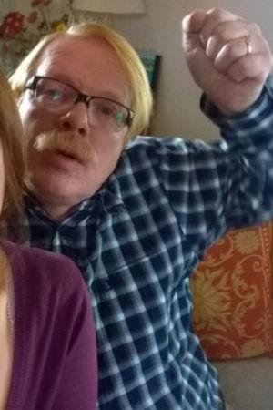 Äiti (Pirjo Heikkilä) ja Iskä (Heikki Silvennoinen) ottavat selfietä.