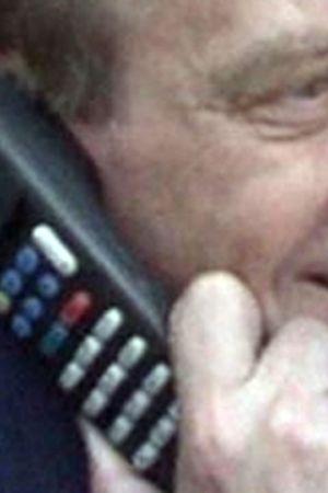 Pääministeri Harri Holkeri soittaa maailman ensimmäistä GSM-puhelua Kaarina Suoniolle 1. 7.1991