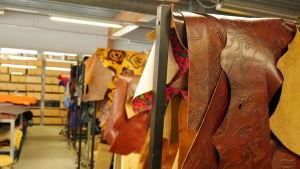 Pukeilla on nahkavalikoimaa laukkujen valmistukseen.