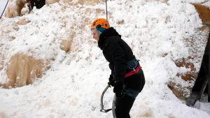 Toimittaja Reetta Arvila on helpottunut jääkiipeilyn päätyttyä.