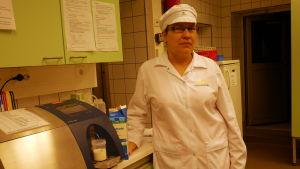 Tarja Haapalehto-Junkala työskentelee Maitokolmion laboratoriossa.