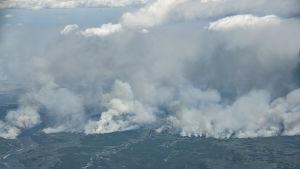 Bild tagen från ett evakueringsflyg visar omfattningen av skogsbranden i Alberta 8.5.2017
