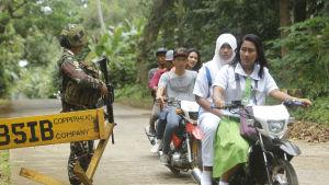Den filippinska polisen och armén har satt upp vägspärrar på öarna Jolo och Basilan där Abu Sayyaf är mest aktiv