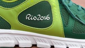 """En löpsko med texten """"Rio 2016""""."""