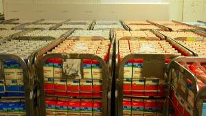 Maitokolmion maito odottaa varastossa kauppaan kuljetusta.