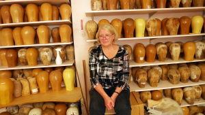 Gunita Pirinen on työskennellyt H. Kuokkasen peruukkiliikkeessä 45 vuotta.