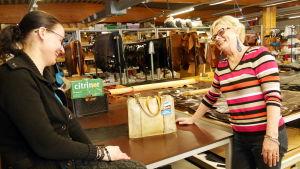 Annikki Koivunen esittelee miniälleen vuosikymmeniä sitten tekemäänsä laukkua.