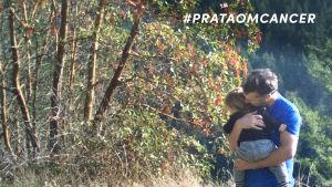 Pappa kramar ett barn
