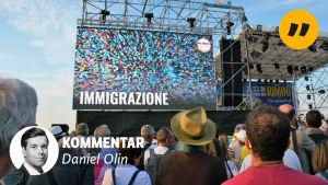 Människor framför scen med bild där det står immigrazione. I förgrunden texten kommentar Daniel Olin och en liten bild på en man.