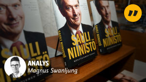 Analys Magnus Swanljung. Sauli Niinistö -böcker i bakgrunden.