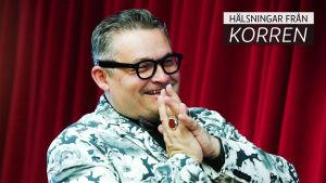 Aleksandr Vasiliev premierar en ny teservis i porslin. Vasiliev är även programledare i Modedomstolen, ett program på rysk teve.