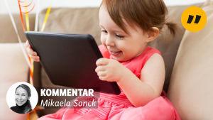Liten flicka med pekplatta. Mikaela Soncks kommentartemplat.