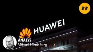 Bild på Mikael Hinsberg med texten analys och en neaonskylt med texten Huawei i bakgrudnen.