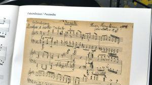 Ilmari Hannikaisen pianosonaatin käsinkirjoitettu ensisivu.