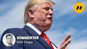 Donald Trump fotad underifrån mot en himmel med en lätt molnslöja.