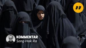 Kvinnor i mörka kläder och slöja, på bilden finns texten Kommentar och Song-Hak Ra.