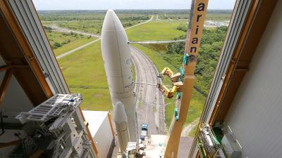 En Ariane 5-raket som förbereds för avfyrning.