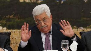 Palestiniernas president Mahmud Abbas ger upp försöken att nå fred med USA som medlare och hoppas på stöd av EU i stället