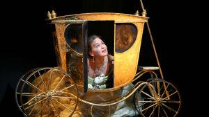 Jenny Carlstedt som Askungen i Rossinis opera La Cenerentola kikar ut från en hästvagn.
