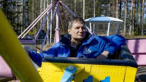 Lauri Vartiainen huvipuiston vaunussa.