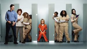 Karaktärer från serien står i toalettbås.
