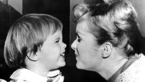 Carrie Fisher som barn och hennes mamma Debbie Reynolds år 1959.
