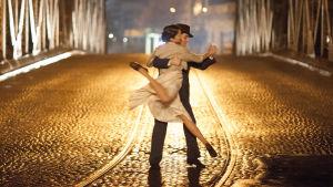 Tanssiva pari öisellä sillalla. Kuva elokuvasta Viimeinen tango.
