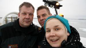 Toimittaja Reetta Arvila selfiessä merivartija Jyrki Teräsniskan ja Markku Saukkoriiven kanssa.