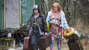 Morran och Tobias flyttar med kappsäckarna käckt på svaj.