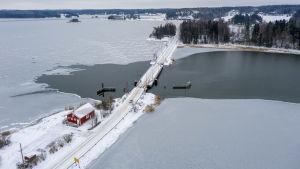 En pontonbro i vinterskrud.