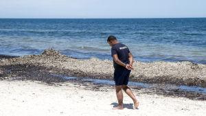 Säkerhetsvakt på stranden vid hotellet i Sousse som utsattes för ett terroristangrepp 2015.