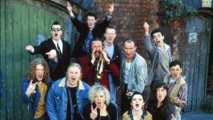 The Commitments, fiktiivinen bändi samannimisessä elokuvassa, poseeraa täynnä asennetta.