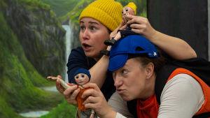 Skådespelarna Sofia Molin och Sofia Törnqvist på scen med varsin docka som är klädda i samma kläder som de själva.