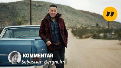 Bruce Springsteen poserar framför en bil på bilden inklistrat en texten: kommentar och Sebastian Bergholm.